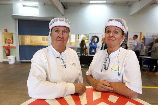 – Jag är optimist. Jag tror att det ordnar sig, säger Kristina Jansson. Hon har jobbat i 35 år på fabriken och Laila Wallon i 36 år.