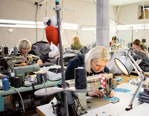 – Arbetet är krävande. Det är inte alla som orkar sitta stilla och sy i åtta timmar, säger Ilona Likova (i förgrunden). Men jag har inte tid att vara trött, jag har två barn att ta hand om. Foto: Svetlana Pokule