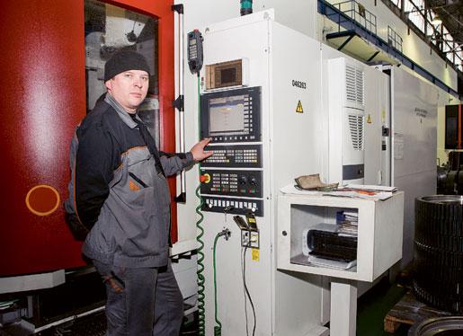 – Trots arbetslösheten är det brist på operatörer. Många har åkt utomlands, säger Aleksandr Bykov, som sköter EU-finansierade maskiner som slipar hjul och andra lokdelar på lokverkstaden i Daugavpils. Foto: Svetlana Pokule