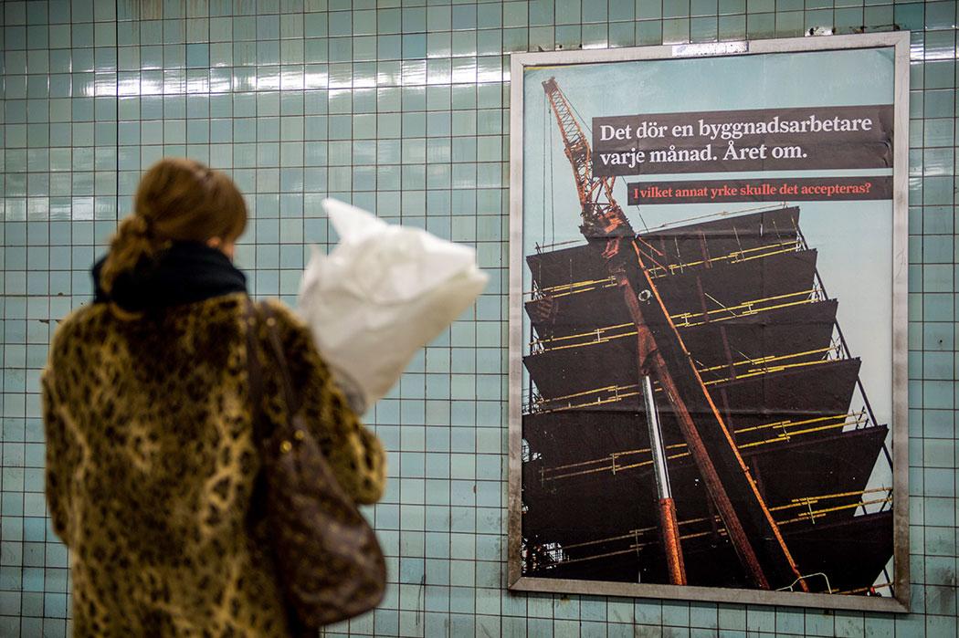I Byggnads pågående kampanj, bland annat på stora affischtavlor i tunnelbanan, hävdas att det dör en byggnadsarbetare i månaden. Men snittet för de senaste fem åren är runt sju döda byggnadsarbetare per år.Foto: Per Larsson