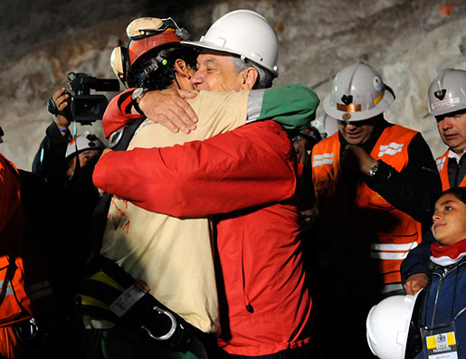 Chiles president Sebastian Pinera, till höger,kramar den räddade gruvarbetaren Florencio Avalos. Presidenten lovade kompensation och pensioner till gruvarbetarna, men sedan har inte mycket hänt. Foto: Jose Manuel de la Maza