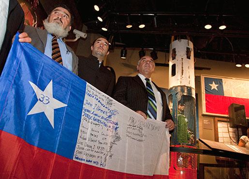 Gruvarbetarna Jorge Gallegillos, Carlos Barrios och Jose Henriquez vid en utställning om gruvolyckan och räddningen, som hölls ett år senare på Smithsonian-museet i Washington. Foto: Evan Vucci