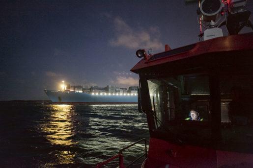 En båtman på väg ut i lotsbåten. Båtmannens uppgift är att se till att lotsen så säkert som möjligt ska kunna ta sig ombord på ett fartyg. För att få ta blåskimrande Edith-Maersk ut från kajen i Göteborg krävs lots, hon är 397 meter och ett av världens största containerfartyg. Foto: Olof Ohlsson Klicka för större bild.