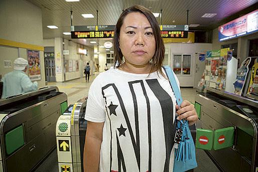 – Det finns ett tak för hur mycket du kan komma upp i med timlön, säger Hiroko Sato. Hon är 38 år och fortfarande beroende av sin fars ekonomiska hjälp, eftersom lönerna som inhyrd är så låga. Foto: Christina Sjögren