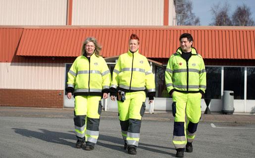 Volvo gör sig av med folk samtidigt som aktieutdelningen är större än årets vinst. Fel, anser Ann-Catrin Löfqvist, Ida-Maja Jensander och Dejan Prorokovic på Tuvefabriken i Göteborg. Foto: Björn Larsson Rosvall