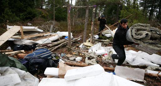 Rumänska romer röjer upp i sitt tältläger i Stockholmsförorten Högdalen för att flytta. Foto: Fredrik Persson