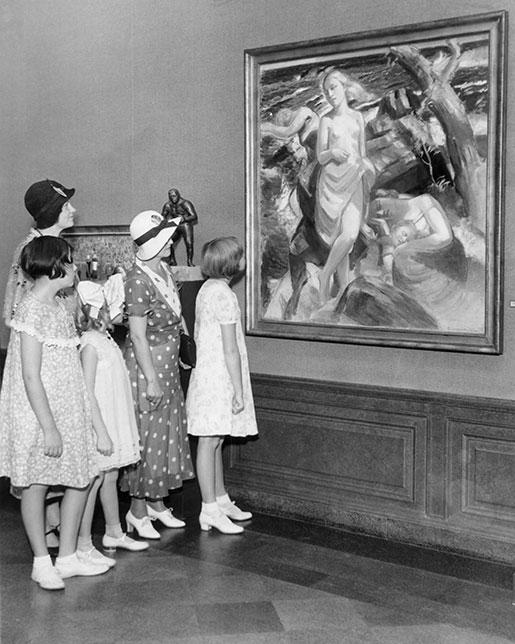 """Uppskattande blickar på David Wallins guldmedaljmålning """"Vid Arilds strand"""" i Los Angeles 1932. Foto: AP"""
