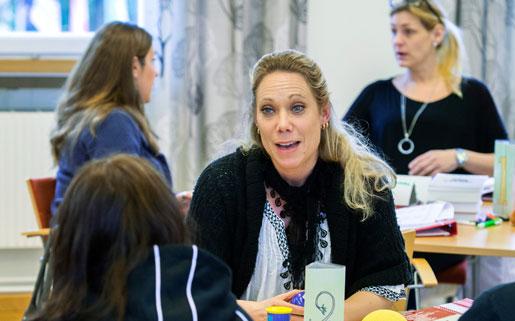 Diskussioner, grupparbeten, kanske lite korvstoppning ... Therese Johansson lär sig arbetsrätt på Runö folkhögskola. Foto: Claudio Bresciani