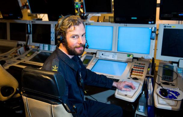 Under övningarna sitter Kristian Ahlström i stridsledningscentralen, ett rum fullt med skärmar, och är ledningssystemoperatör. Foto: Patric Söderström