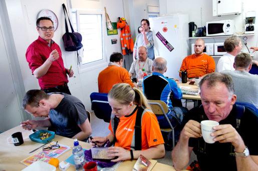 Johan Danielsson kampanjar bland byggjobbarna på Peab. Foto: Adam Ihse