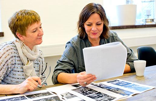 Lena Norman och Turid Hjelte  tittar på de gamla bilderna från Saab. Foto: Adam Ihse