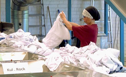 De anställda i tvättindustrin är särskilt hårt drabbade av belastningsskador. Foto: Angelica Karlsson