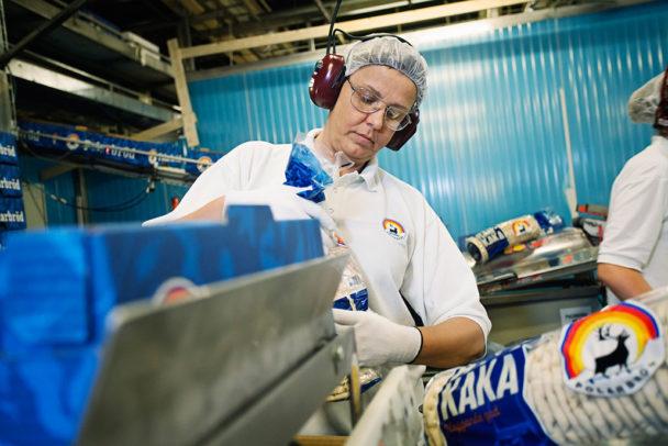 I paketeringen, där Gudrun Lindström just nu rycker in en eller två dagar i veckan, roterar uppgifterna varje kvart.Foto: Susanne Lindholm