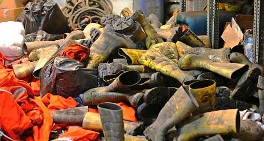 De omkomna gruvarbetarnas stövlar.