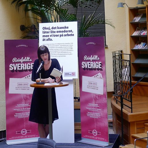 """Arbetets medarbetare Torun Carrfors läser högt ur antologin """"Jag älskar mitt yrke, men ..."""" på släppseminariet i LO-borgen."""