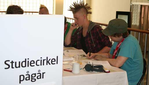 Andreas Hillring och Casper Flory lär sig sitt avtal. Foto: Anna Fredriksson