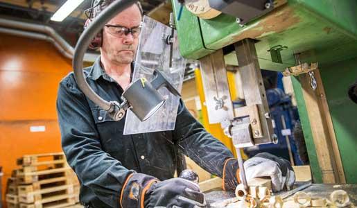 Ostnor i Mora tar hem tillverkning från Kina. Förra året  motsvarade det elva nya jobb. Mats Modigh fick ett av dem. Foto: Ulf Palm