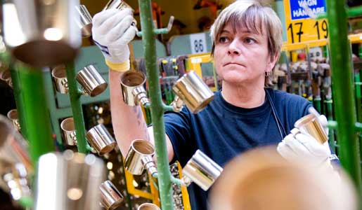 Förra året fick Kristina Dufva fast anställning som ytbehandlare på Ostnor i Mora. Innan dess hade hon varvat tillfälliga anställningar på Ostnor med hemtjänsten. – Det här är bättre. Det är dagtid och man slipper jobba på storhelger. Dessutom är lönen högre, säger hon.Foto: Ulf Palm