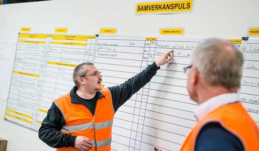 Klubbordförande Fredrik Bysell visar tavlan som är grunden i samarbetet mellan företaget och facket. Mats Westman,     produktionsdirektör, tittar på.Foto: Ulf Palm