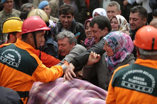 Räddningspersonal bär bort en av de omkomna gruvarbetarna. Foto: Emrah Gurel