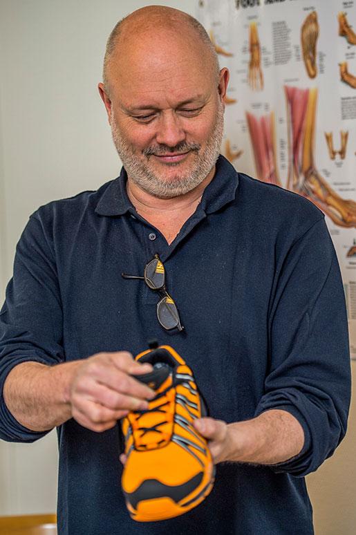 Ortopedteknikern Björn Rothstein jobbar med skor och hjälpmedel för folk som har problem med fötterna. Här är en arbetssko han är nöjd med. Foto: Per Larsson