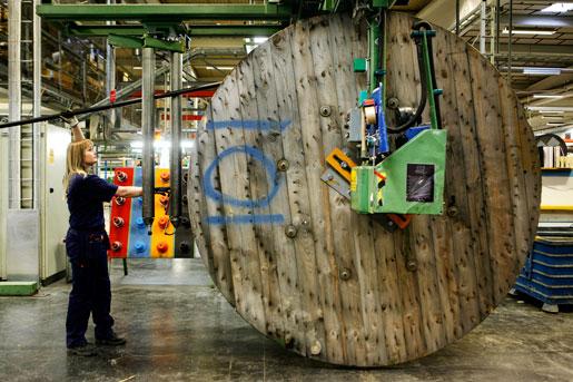 Tre fjärdedelar av de anställda sades upp, och andelen kvinnor blev färre med nya ägare. – Det har väl inte varit fokus på genusarbetet, säger Maria Larsson, en av dem som återanställts på kabelfabriken i Hudiksvall.Foto: Mats Andersson