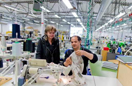 Marjatta Lindgren och Javid Hossaini, Kwintet Sverige, syr om kläder. Inga hela plagg tillverkas i fabriken.Foto: Adam Ihse