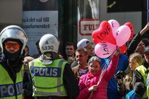 Andra motdemonstranter mot högerextremisterna i Jönköping var inte maskerade. Foto: Björn Larsson Rosvall