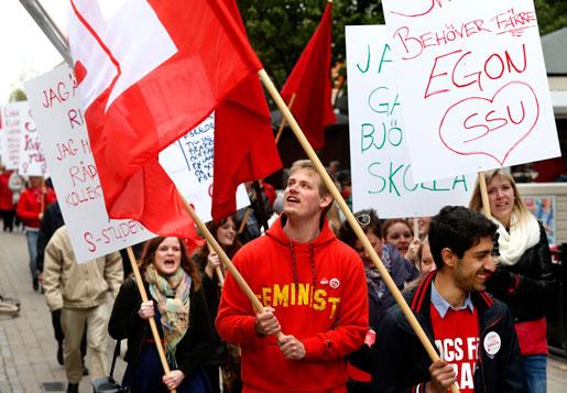 Färgstarka demonstranter i S-tåget i Karlstad ... Foto: Linn Malmén
