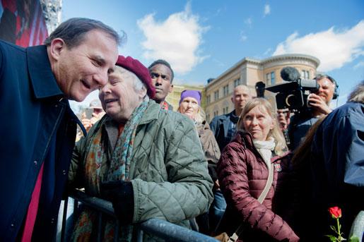 Stefan Löfven samtalar en stund med Lisbeth Palme på Norra Bantorget. Foto: Jessica Gow