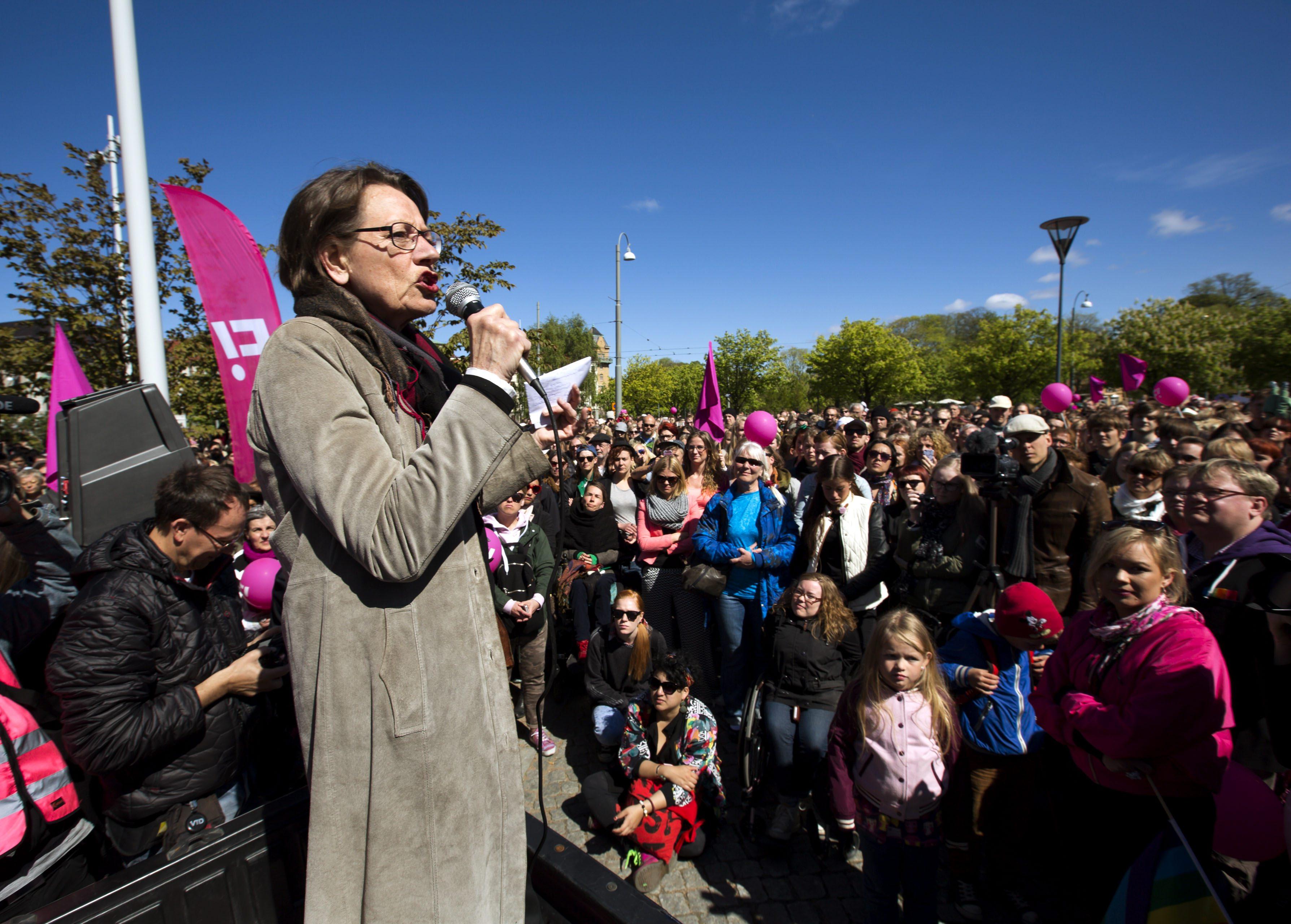 Gudrun Schyman talade och tågade för Feministiskt Initiativ på första maj i Göteborg.  Foto: Thomas Johansson