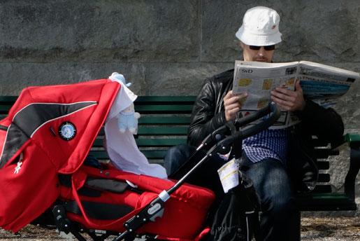 Blir det fler månader vikta för pappor? Svaret från S är oklart. Foto: Hasse Holmberg