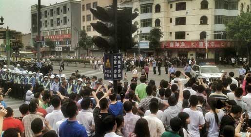 Arbetare protesterar utanför Yuen Yuens fabrik i Dongguan under strejken i april.Foto: Stringer/Kina