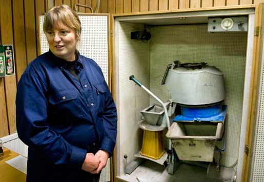 Maria Lindell mal askan i en kvarn. Foto: Anna Hållams.