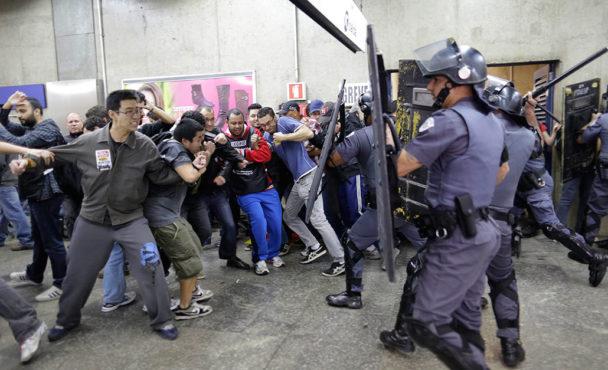 Strejkande tunnelbanearbetare drabbade samman med polis vid stationen Ana Rosa. Foto: Nelson Antoine
