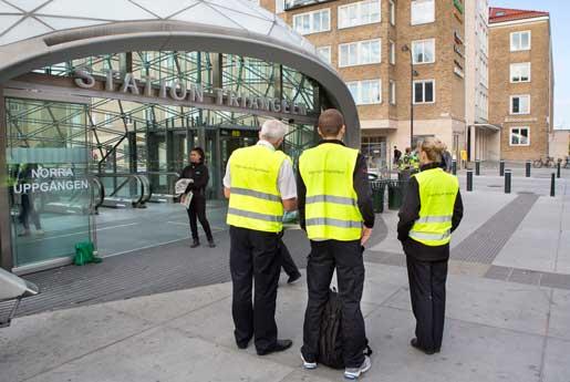 Framför tågstationen Triangeln står personal som ska informera resenärerna om att det är strejk. All svensk Öresundstågtrafik stoppades tidigt på måndagsmorgonen. Det berör dagligen över 75 000 passagerare och ställer till det för pendlare mellan Malmö och Köpenhamn.Foto: Drago Prvulovic