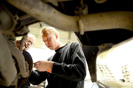 Micha Bieber lär Simon Östfeldt allt han kan om bilar. – Handledaren är väldigt viktig för en bra utbildning, tycker Simon. Foto: Pontus Lundahl
