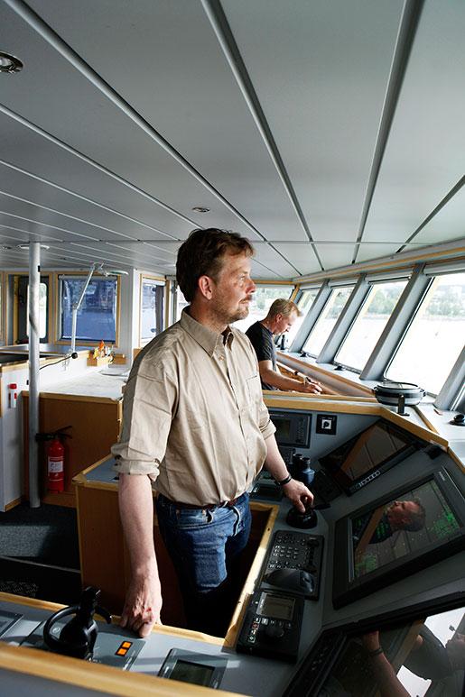 Skepparen Johan Färnstrand styr mot dagens första fyr. Foto: Mats Andersson