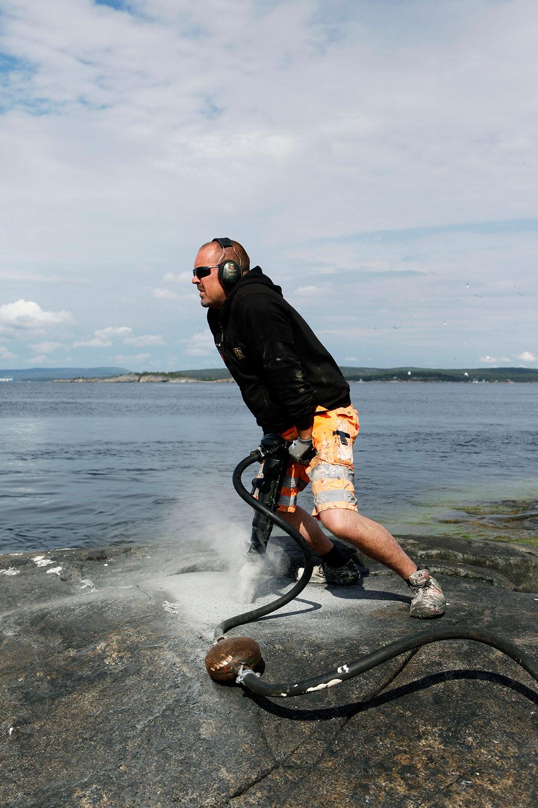 """""""Byggare Bob"""", det vill säga Leif Eriksson, borrar ner en bergskil så att Fyrbjörn kan lägga till vid Gubbens fyr. Foto: Mats Andersson"""