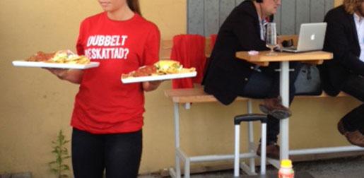 På Joda bar och kök i Visby bär servitriserna ut nachos och kycklingspett iklädda politiska budskap. De röda tröjorna  är ett lokalt initiativ, tröjorna från Visitas centrala kampanj är vita. Foto: Mårten Martos Nilsson