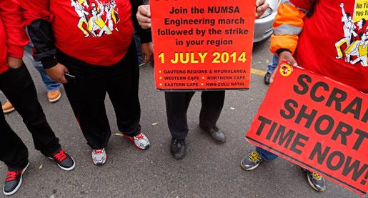 Strejkande demonstranter i Kapstaden. I dag tågar hundratusentals strejkande gruvarbetare i hela Sydafrika. Foto: AP/Schalk van Zuydam