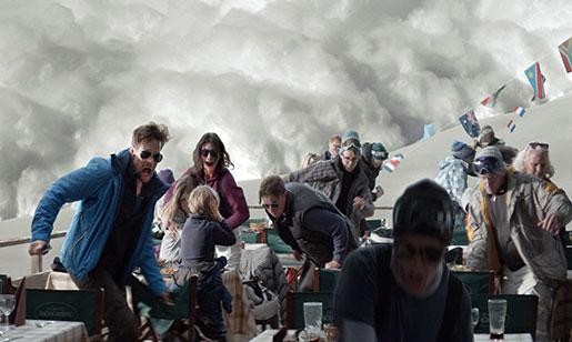 Lavinen kommer, och familjefadern flyr. Foto: Fredrik Wenzel
