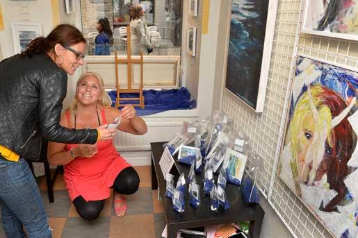Målandet är en väg till lugn för Maria Morris Nilsson, här med en av besökarna på hennes konstutställning. Att ha förstående kolleger och fasta rutiner på jobbet är också viktigt för att hon ska kunna hantera sin diagnos.Foto: Anders Wiklund