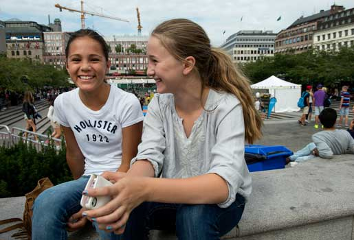 """Sofia Bengtsson och Lisa Krigsman säger att det blir ett grupptryck i skolan. När äldre elever har vissa märken vill yngre också ha. """"I Essingeskolan, där jag gick förut, brydde man sig inte"""", säger Lisa.Foto: Maja Suslin"""
