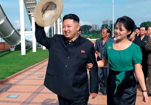 Nordkoreas ledare Kim Jong-uns fru Ri Sol-ju har luckrat upp de tidigare hårda utseende- och klädkoderna i landet. – Folk kan själva räkna ut att om hon kommer att klä sig så sagolikt så kommer inte heller någon annan straffas för det. Partitjänstemän var de första att följa Ri Sol-jus stil, och nu har det sipprat ner till de flesta invånare, säger en hemlig källa till tidningen Daily NK. Foto: AP/Korea News Service
