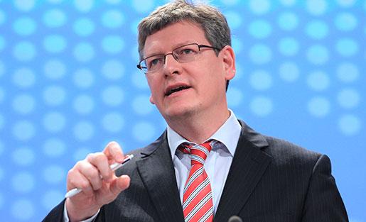 Laszlo Andor ska inte tycka till om ländernas lönebildning, anser LO. Foto: Yves Logghe