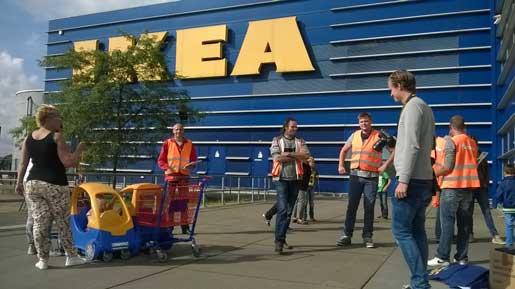 Facket delar ut flygblad om Ikeas beteende till kunder utanför varuhuset i Haarlem.
