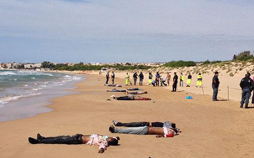 En båt med 200 migranter gick på grund utanför Sicilien i fjol, och flera av dem dog när de försökte ta sig i land på Sicilien. Foto: Picasa