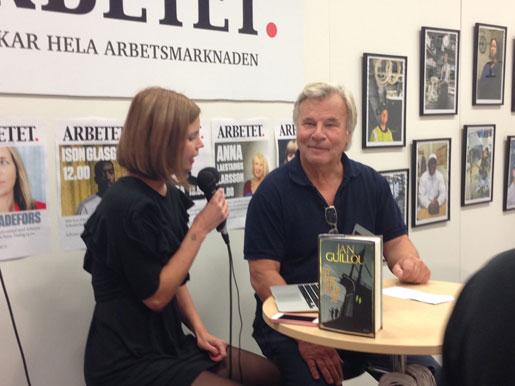 Jonna Sima och Jan Guillou i Arbetets monter. Foto: Erik Larsson