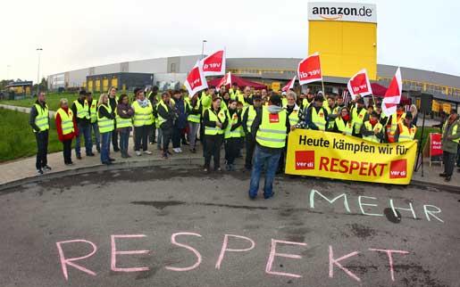"""I Graben, Tyskland, strejkar Amazons anställda – liksom i Leipzig, Bad Hersfeld och Rheinberg. """"I dag kämpar vi för respekt"""", lyder banderollen. Foto: Karl-Josef Hildenbrand"""